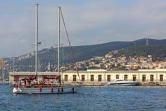 Żaglówka przed Trieste portem Zdjęcia Stock