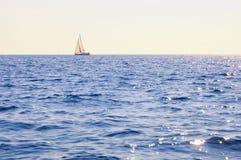 Żaglówka przy otwartym morzem Obrazy Royalty Free