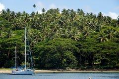 Żaglówka przy Savusavu schronieniem, Vanua Levu wyspa, Fiji Zdjęcie Royalty Free