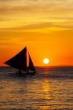 Żaglówka przy zmierzchem na tropikalnym morzu Sylwetki fotografia Obraz Royalty Free