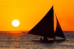Żaglówka przy zmierzchem na tropikalnym morzu Sylwetki fotografia Obraz Stock