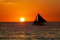 Żaglówka przy zmierzchem na tropikalnym morzu Sylwetki fotografia Fotografia Royalty Free