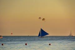 Żaglówka przy zmierzchem nad morzem w Boracay wyspie, Filipiny Zdjęcie Stock