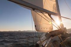 Żaglówka przy zmierzchu oceanem Zdjęcia Royalty Free
