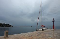 Żaglówka, punkt obserwacyjny, turysta na molu, chmurny niebo i lighthou, Zdjęcia Royalty Free