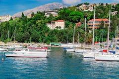 Żaglówka statki przy marina blisko starego grodzkiego Herceg Novi Zdjęcia Stock