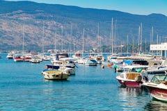 Żaglówka statki przy marina blisko starego grodzkiego Herceg Novi Zdjęcie Royalty Free