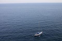 Żaglówka unosi się na Czarnym morzu crimea Yalta Zdjęcia Royalty Free