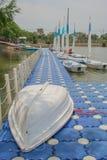 Żaglówka uszkadzająca na buoyancy w jeziorze zdjęcia royalty free