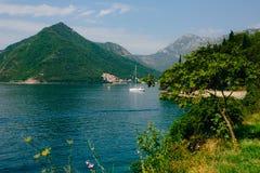Żaglówka w antycznym miasteczku Perast w zatoce Kotor, Monteneg Fotografia Royalty Free