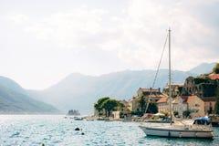 Żaglówka w antycznym miasteczku Perast w zatoce Kotor, Monteneg Zdjęcie Royalty Free