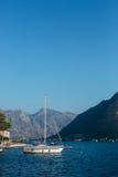 Żaglówka w antycznym miasteczku Perast w zatoce Kotor, Monteneg Obrazy Royalty Free