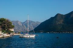 Żaglówka w antycznym miasteczku Perast w zatoce Kotor, Monteneg Obraz Stock