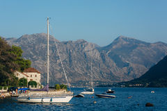 Żaglówka w antycznym miasteczku Perast w zatoce Kotor, Monteneg Obrazy Stock