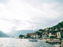 Żaglówka w antycznym miasteczku Perast w zatoce Kotor, Monteneg Obraz Royalty Free