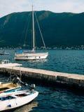 Żaglówka w antycznym miasteczku Perast w zatoce Kotor, Monteneg Fotografia Stock