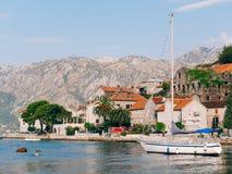 Żaglówka w antycznym miasteczku Perast w zatoce Kotor, Monteneg Zdjęcia Royalty Free