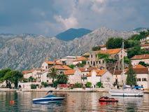Żaglówka w antycznym miasteczku Perast w zatoce Kotor, Monteneg Zdjęcia Stock