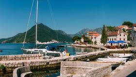 Żaglówka w antycznym miasteczku Perast w zatoce Kotor, Monteneg Zdjęcie Stock
