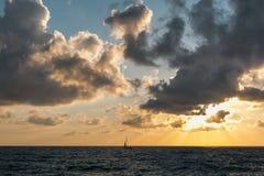 Żaglówka w morzu przy zmierzchem Obraz Royalty Free