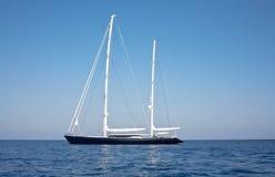 Żaglówka w oceanie Obrazy Royalty Free