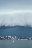 Żaglówka w Sydney schronieniu pod burz chmurami Zdjęcia Stock