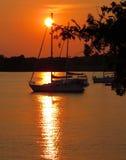 Żaglówka w zmierzchu na jeziorze Zdjęcia Royalty Free