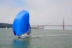 Żaglówka wewnątrz stać na czele Golden Gate Bridge Fotografia Stock