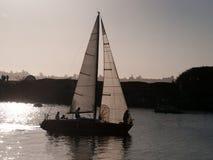 Żaglówka wraca marina przy zmierzchem Zdjęcie Stock