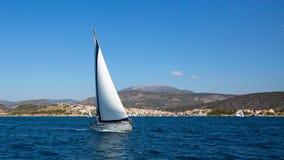 Żaglówka z biel żaglami w morzu egejskim blisko Grecja sunie Zdjęcia Stock