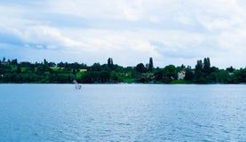 Żaglówka z mężczyzna na Jeziornym Bodensee w Niemcy Obraz Stock