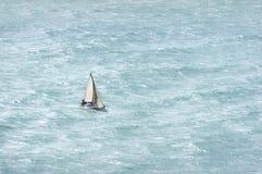 Żaglówka z wiatrowym i szorstkim morzem Zdjęcia Royalty Free