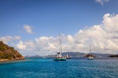 Żaglówka zakotwienie w Brytyjskich Dziewiczych wyspach Fotografia Royalty Free