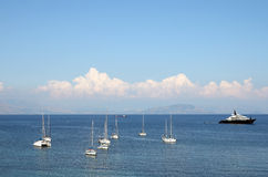 Żaglówki Corfu i luksusowy jacht Obrazy Royalty Free