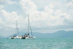 Żaglówki cumowali na morzu przy samui wyspami Fotografia Royalty Free