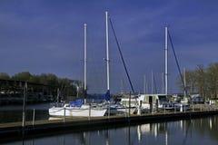 Żaglówki i houseboat przy dokiem Zdjęcia Royalty Free