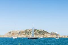 Żaglówki i jachty żegluje w Medes wyspach przy Costa b Obrazy Stock