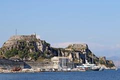 Żaglówki i jachty pod starym fortecznym Corfu Zdjęcie Royalty Free