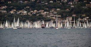 Żaglówki i tugboats podczas rasy Obraz Royalty Free