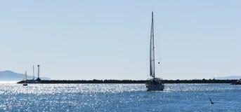 Żaglówki Iskrzasty morze Fotografia Stock