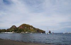 Żaglówki na wyspie vulcano Zdjęcia Stock