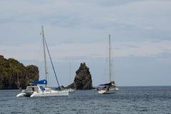 Żaglówki na wyspie vulcano Zdjęcie Stock