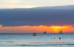 Żaglówki przeciw zmierzchowi na Boracay, Filipiny Zdjęcia Royalty Free
