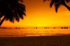 Żaglówki przy zmierzchem na tropikalnym morzu Palmy na plaży Silho Obrazy Royalty Free