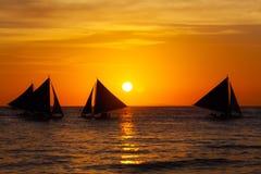Żaglówki przy zmierzchem na tropikalnym morzu Sylwetki fotografia Zdjęcia Royalty Free