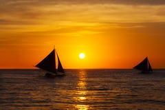 Żaglówki przy zmierzchem na tropikalnym morzu Sylwetki fotografia Obraz Stock