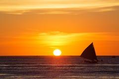 Żaglówki przy zmierzchem na tropikalnym morzu Sylwetki fotografia Obrazy Stock