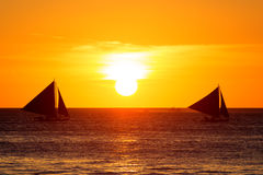 Żaglówki przy zmierzchem na tropikalnym morzu Sylwetki fotografia Zdjęcie Royalty Free