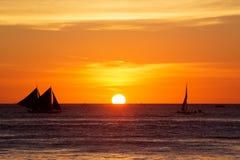 Żaglówki przy zmierzchem na tropikalnym morzu Sylwetki fotografia Fotografia Royalty Free