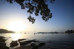 Żaglówki przy zmierzchem zakotwiczającym w Adriatyckim morzu Zdjęcia Royalty Free